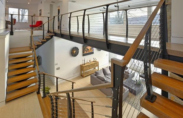 Ốp cầu thang bằng gỗ công nghiệp đang là xu hướng được đông đảo các gia đình lựa chọn